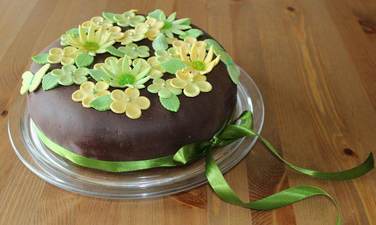 Silmukoita ja suklaakakkua: Äitienpäiväkakku