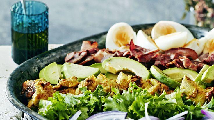Cobb eli amerikkalainen kanasalaatti. Ainekset muistat helposti: EAT COBB eli egg, avocado, tomato, chicken, onion, bacon, blue cheese. Resepti vain noin 3,20 €/annos*.