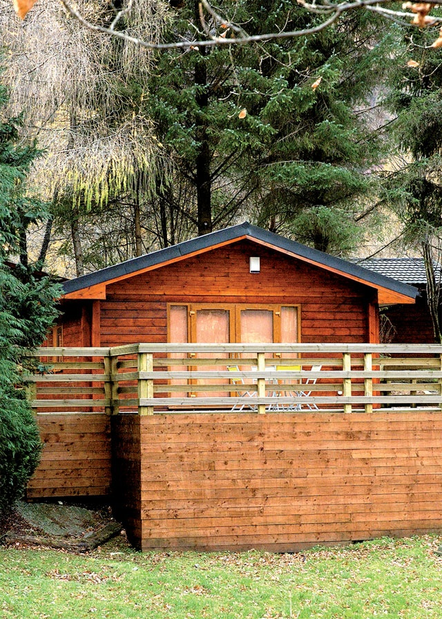 A cute log cabin just a stones throw from the edge of the loch. Kayaking and canoeing opportunities galore here. Loch View, Holiday Cottage in Ardluilochlomond, Stirlingshire