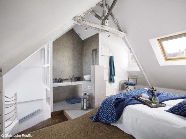 Esprit bord de mer pour cette chambre à coucher sous les combles avec salle de bains attenante. On y accède par un petit escalier avec rambarde en cordage de marine.