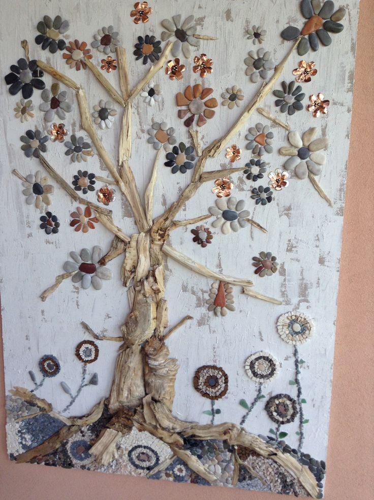 Opera realizzata con sassi di mare e legni recuperati lungo il Po e con tessere di mosaico di granito