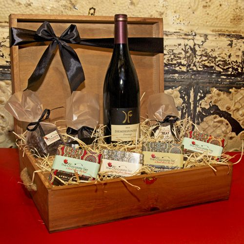 Marry delicious cranberries and almonds with the taste of a non traditional Pinotage that boasts hints of berry, chocolate and coffee followed by a soft mouth filling tannin. Diemersfontein Pinotage,35g assorted slabs,Pouch of cranberries,Pouch of coffee beans,Pouch of panned almonds