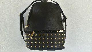 Mαύρες μικρές τσάντες πλάτης για όλο το χειμώνα στο http://amalfiaccessories.gr/bags/tsantes-plates/