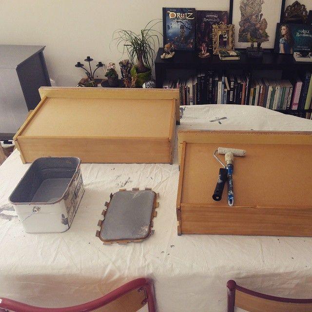 peinture tiroirs de la commode, gris fer. Aujourd'hui maman finie la commode pour #babyboy #décoration #mumtobe