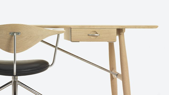 PP Møbler has brought back the extraordinary pp571 Architect´s Desk designed in 1953 by Wegner as a match to the Round Chair (The Chair). Later in 1955 he designed the Swivel Chair hence completing a line of exclusive, functional and exquisitely crafted masterpieces for the CEO office.