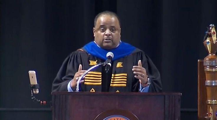アメリカの著名なジャーナリストであるローランド・マーティン氏が、バージニア州立大学の卒業式でスピーチを行いました。名門大学を卒業することではなく、その後になにをするかが重要だと語り、そのためのアドバイスを贈りました。