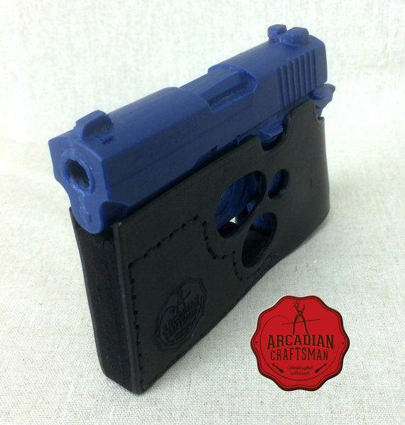 Létui de dessiner de poche permet de porter votre arme à feu complètement caché dans votre poche avant ou arrière comme vous le feriez pour un portefeuille. Avec létui de dessiner de poche, vous êtes capable de dessiner votre pistolet directement à partir de votre poche, acquérir votre cible et tirer sans jamais avoir à enlever le pistolet de son étui. La légère et fonctionnelle poche Draw Holster est un accessoire confortable et efficace dans larsenal de quiconque. Joffre plusieurs options…