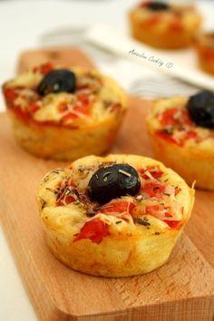 Muffins façon pizza C'est facile et rapide à faire et on peut les préparer à l'avance, si vous préférez les manger un peu chaud il vous suffira de les repasser un peu au four avant de servir, mais froid c'est bien aussi ;-)