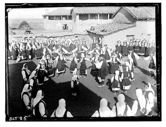 Grèce ; Macédoine ; Negocani (Νίκη-Φλώρινα)  (1916-1917) Légende Dans le village : la ronde. Auteur photo Blanchet, Joseph