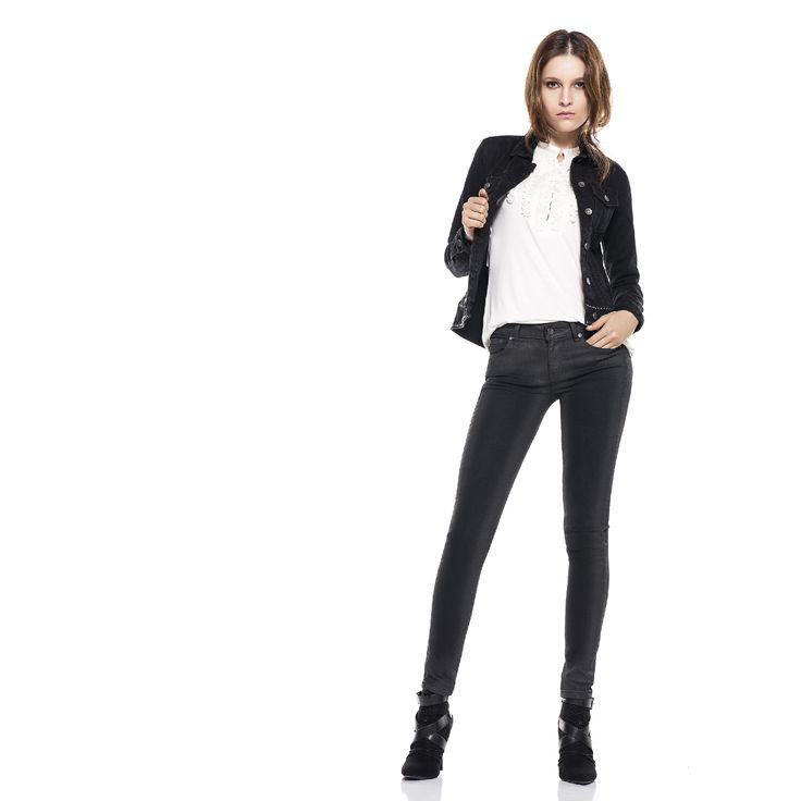 Jean #slim con efecto cuero. #blackdenim #trendy #perfectfit #whatsyourneim
