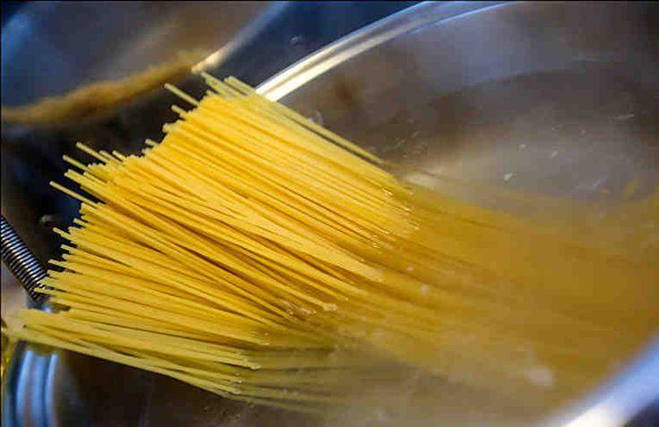Макароны - это удивительная еда. Их любят практически все, и почти нет разницы - итальянская ли это паста, или простые рожки из ближайшего супермаркета. В общем - дёшево, удобно и практично, а главное - быстро и вкусно. Для того, чтобы макароны сварились правильно, нужно варить их в достаточно больш