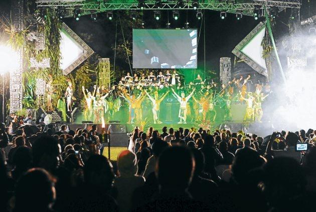 reunió a más de 100 artistas en un mismo escenario. El evento finalizó con un emotivo video en el que un disco maya pasa de mano en mano recorriendo muchos sitios de Honduras