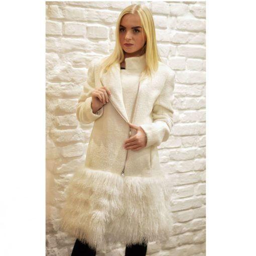 Модное пальто из белого кашемира с мехом ламы может занять достойное место в Вашем гардеробе. Оно будет прекрасно сочетаться с облегающими брюками и платьями. Воротник-стоечка тоже соответствует последним модным тенденциям. Пальто на тонкой подкладке застегивается на молнию.  Готовое  изделие на размер 42-44р, возможно изготовление любого размера. Отделка: натуральный мех (Лама)) Ткань: 100% Шерсть (Италия) Подкладка: вискоза 100% Застежка: молния Утеплитель: синтепон Доп.элементы: карманы