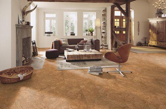Wohnzimmer Gestalten Im Landhausstil Mit Korkboden Kamin Couchtisch Aus Kantholz Sichbare Holzkonstruktio Engineered Wood Floors Wood Floors Engineered Wood
