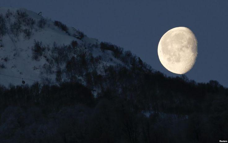 Bulan tampak di atas pegunungan di Rosa Khutor selama Olimpiade Musim Dingin Sochi 2014 di Rusia.