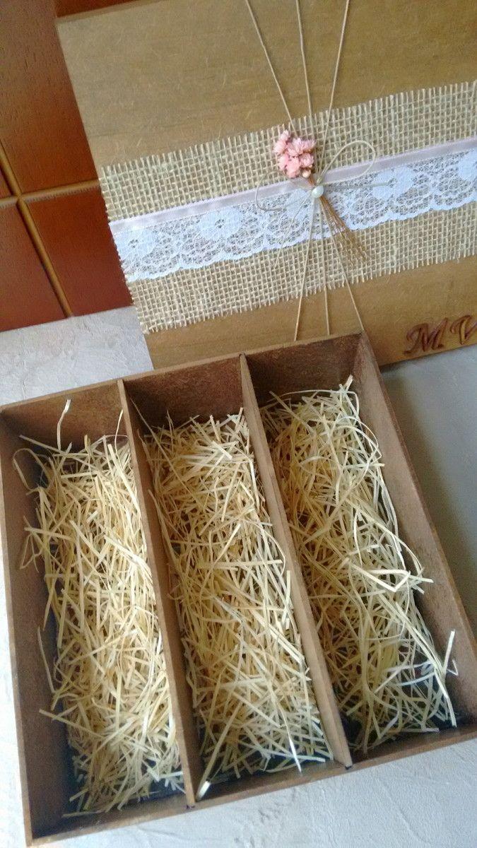 Caixa rústica para padrinhos de casamento com flores e fita cetim nos tons rosa claro. Acomoda perfeitamente duas taças e um baby espumante :)