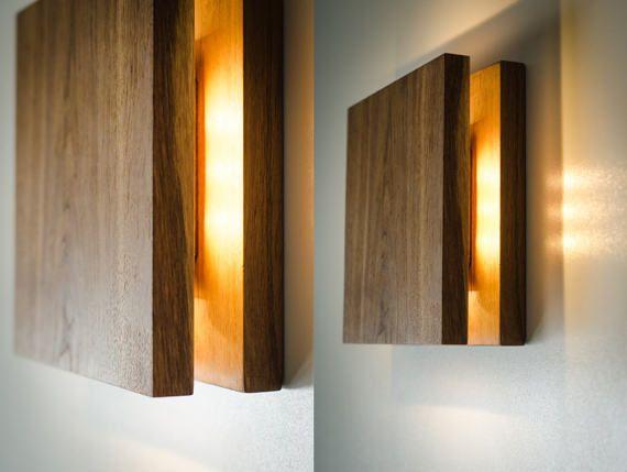 SC schans houten wand lamp met eenvoudige functioneel ontwerp. Zachte gele LED lightning. Deze lamp heeft twee opties: schakelaar bevindt zich opzij of met draad. Gemaakt van EIKEN stukken met accent op natuurlijke houtstructuur. Gepolijst en vloeiend gemaakt door handen met behulp van duurzaam veilige materialen voor de beste weerstand, en natuurlijke wax te maken een perfect glanzend oppervlak. Lichte eik verspreidt fijne warmer bliksem! Houd er rekening mee dat de originele houten…