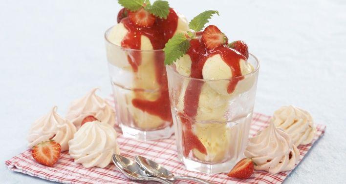Hjemmelaget vaniljeis med bærsaus