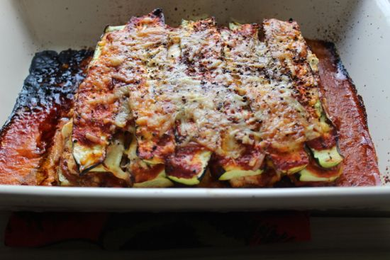 5 medium-sized zucchinis     1.5 cups of tomato sauce     1/2 cup of light ricotta cheese     1/2 cup of shredded mozzarella cheese     1/2 medium red onion (sliced in rounds)     Optional: Black pepper to taste