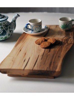 Collezione taglieri sotto pentola vassoi da cucina realizzati in legno massello di castagno dai nostri artigiani italiani.  Un accessorio da cucina semplice e comodo allo stesso tempo, il legno dona calore nella tua cucina. Ogni tagliere è unico ed origi
