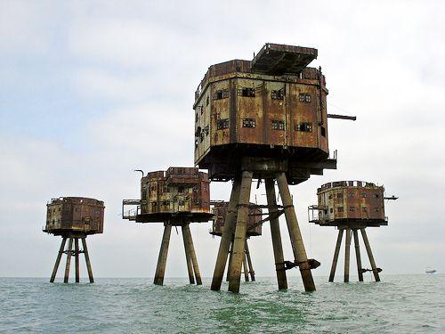 Maunsell Sea Forts Reino Unido.. éstas fortalezas marinas fueron construidas durante la Segunda Guera Mundial para  defensa del Reino Unido, las cuales fueron emplazadas en los estuarios de los ríos Támesis y Mersey. Su diseñador fue Guy Maunsell. Estos fuertes fueron operados por la Royal Navy para detener cualquier intengo alemán de colocar minas marinas.