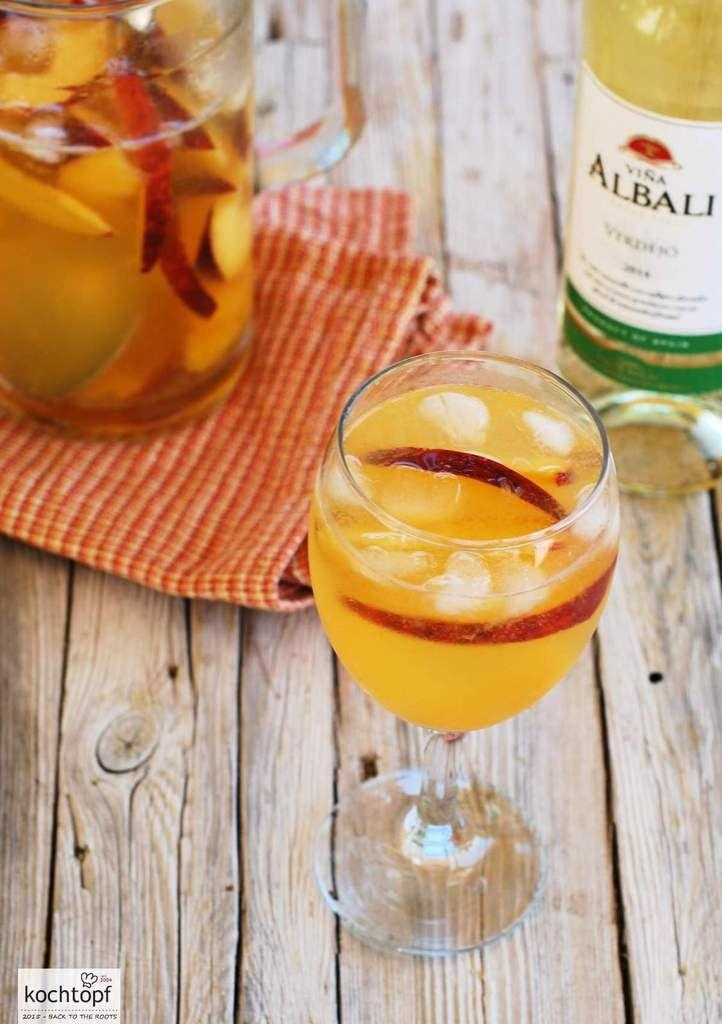 Hitze und Alkohol gehen nicht so gut zusammen. Aber ein Gläschen Sangría blanca kann man sich schon mal genehmigen. Schliesslich ist die Clarea - wie die weisse Sangría korrekt heisst - mit Wasser und viel Eis verdünnt.Dank Pfirisch und Orange strotzt...