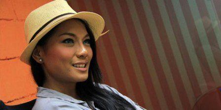 Mau Kawin Jenny Cortez Minta Dibeliin Berlian : Tak semua artis bangga jika kisah asmaranya dipublikasikan. Begitu pula dengan bintang film seksi Jenny Cortez yang tiba-tiba sudah mengakhiri masa lajangnya