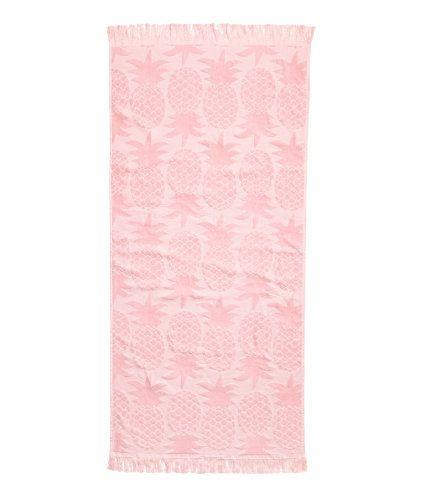Turkos. En badhandduk i bomullsfrotté med jacquardvävt ananasmönster. Hängare på ena kortsidan och fransar i ändarna.
