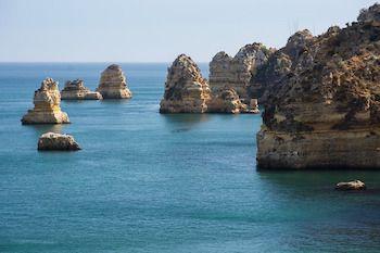 Spuntano fra l'azzurro intenso del mare d'Australia i Dodici Apostoli, uno dei paesaggi più belli al mondo