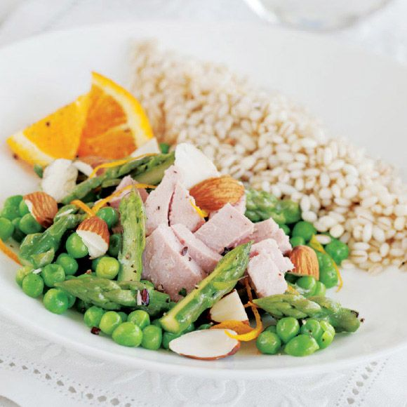 Orange-Scented Barley with Asparagus, Peas and Almond Flakes. Rio Mare Tuna recipe. Discover how to prepare an easy and quick recipe.