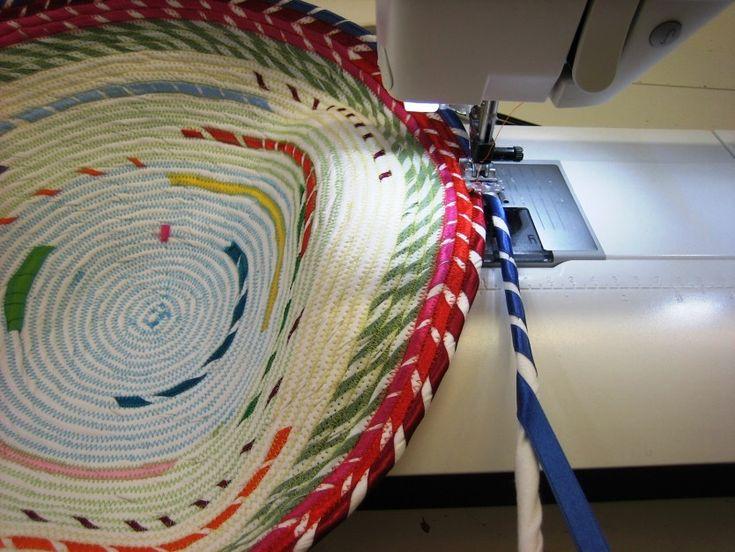 smilla Berlin zeigt euch in der Rope Bowl Anleitung, wie ihr die schönsten Schalen & Körbe aus alten Stoffresten näht. Jetzt unsere Nähanleitung entdecken!