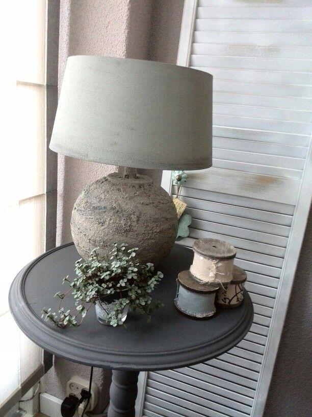 Aluminium lampvoet bewerkt met muurvuller/ tegellijm en koffiedrap. Kap geverfd met Annie Sloan