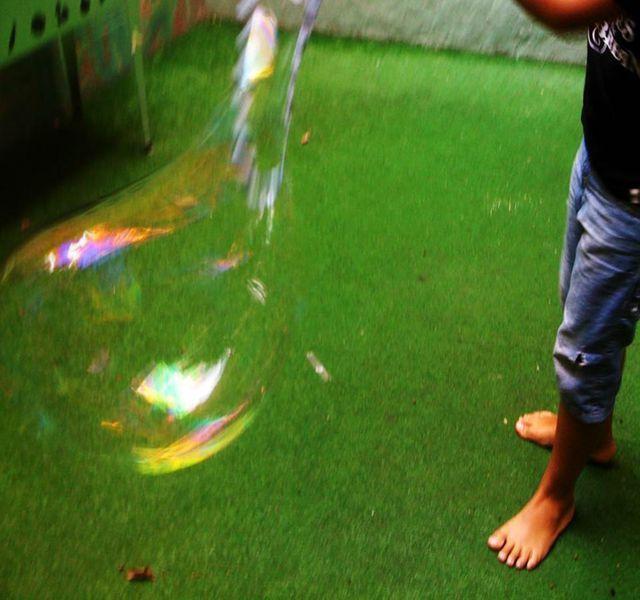 Instrucciones para hacer burbujas gigantes, desde la varita hasta diferentes recetas de jabón para mayor tamaño y durabilidad.