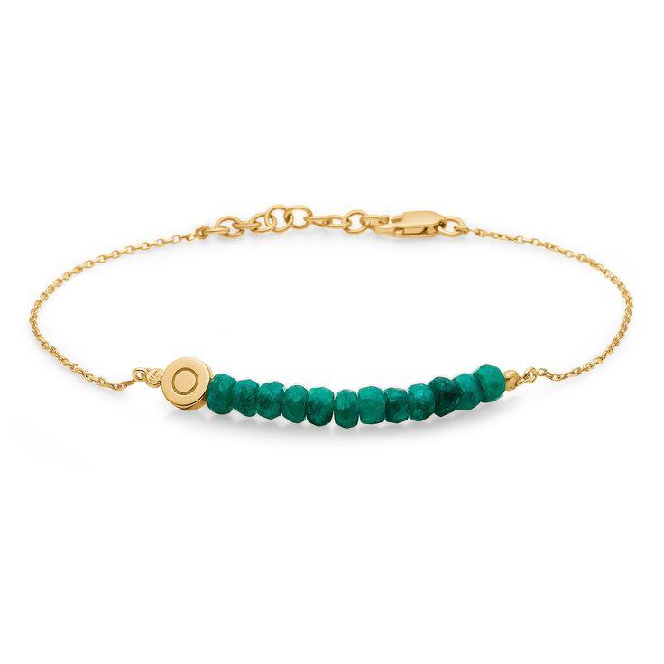 NOBLE TEARS armbånd i 14 karat guld med smaragder. Elegant armbånd med smukke grønne smaragder. Den tynde kæde og de smukt changerende smaragder skaber et luksuriøst og feminint udtryk. NOBLE TEARS armbåndet er fra Mads Zieglers Gold Label kollektion.