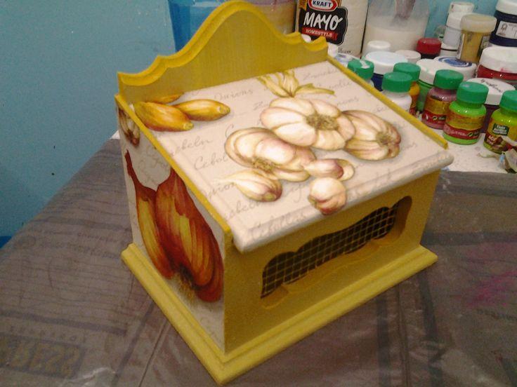 Caja para guardar ajos y cebollines. Técnica decoupage.