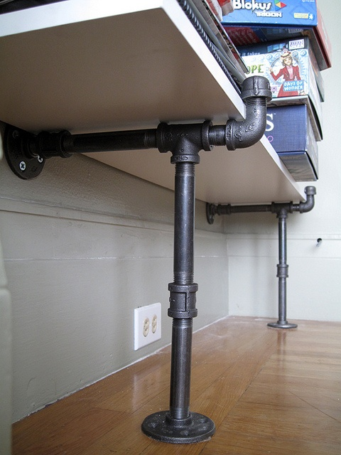 1000 images about industrial pipe shelves on pinterest for Tubi idraulici arredamento