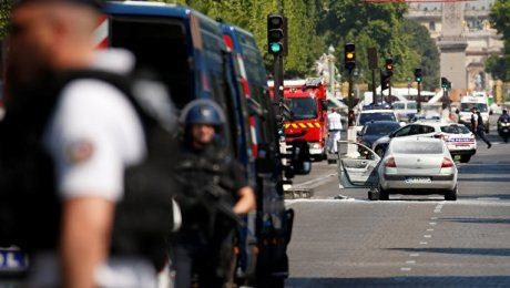 В Париже на Елисейских Полях машина протаранила полицейский фургон