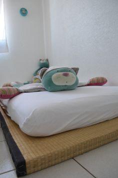 lit futon et tatami au sol montessori