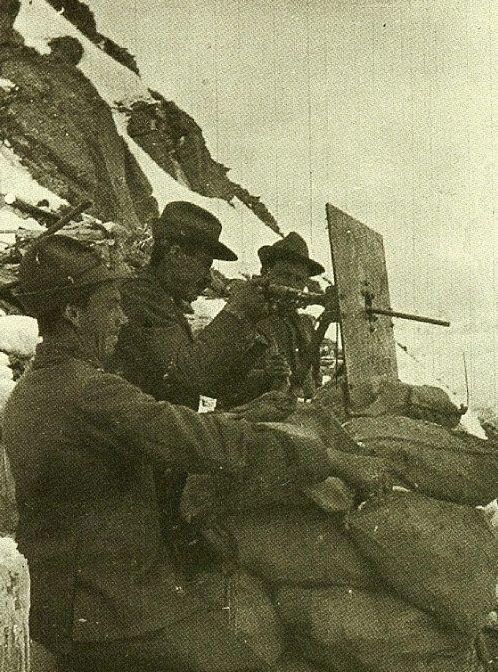 Italian Alpine soldiers in action with Villar perosa M15 submachine gun, World War I.