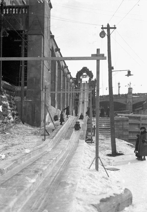 En 1922, les enfants pouvaient faire du toboggan au Château Laurier à Ottawa.  William James Topley/Library and Archives Canada/PA-012630, MIKAN 3387419.  Restrictions on use: Nil  Copyright: Expired.