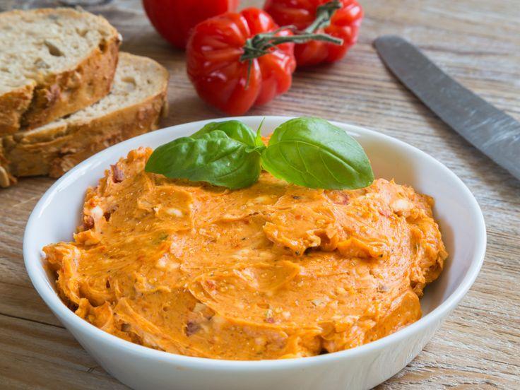 Nicht nur als Brotaufstrich eignet sich diese selbst gemachte Tomatenbutter sehr gut. Sie ist gar nicht schwer zu machen - versprochen! http://www.fuersie.de/kochen/rezeptideen/artikel/rezept-tomatenbutter