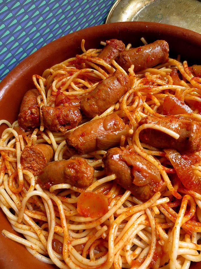 Voici une autre recette juive tunisienne tirée du livre Salam-Shalom de Chloé Saada.Je l'ai préparée pour une soirée entre amis quand il ne faisait pas si chaud encore.J'ai utilisé des merguez de dinde puisque à la maison on ne mange pas d'agneau. Pour 4 personnes 500g de spaghettis 8 merguez