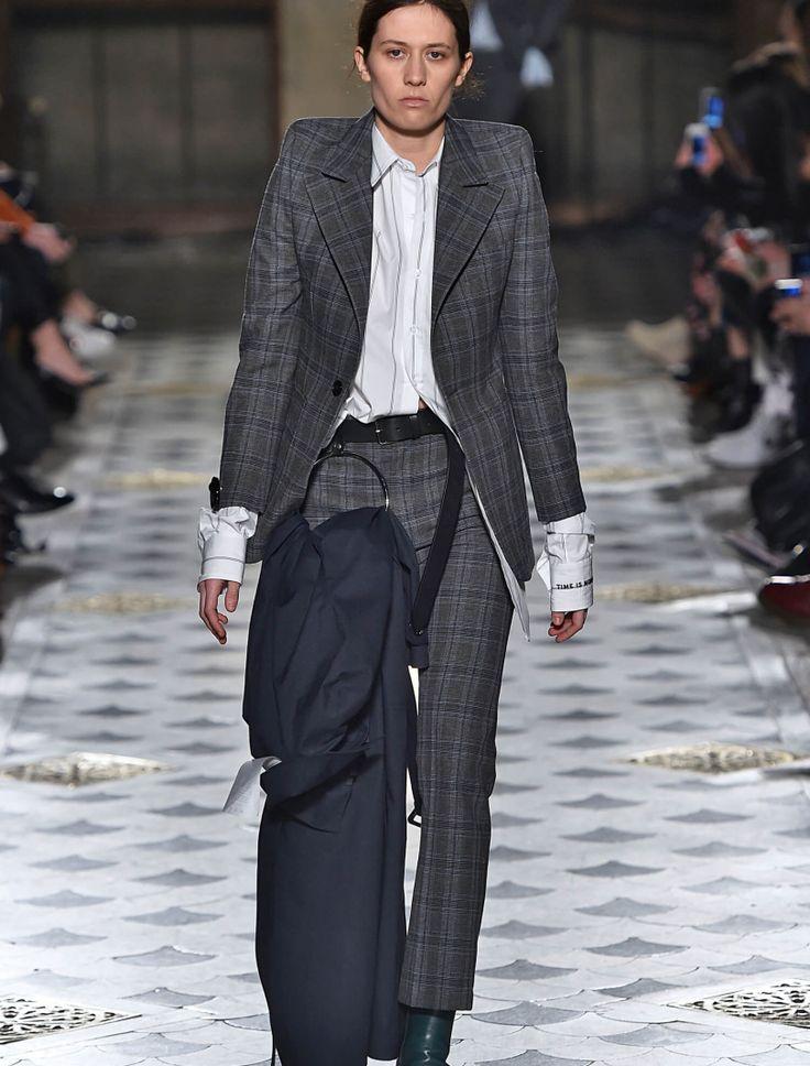 Am Höhepunkt der Modewochen wird wieder eines klar: Paris ist anders. Von modischen Revolutionen und Nicht-Revolutionen für die kommende Wintersaison.