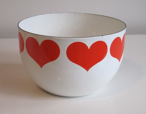 we had one of these when i was little. my mom would make popcorn in the electric air popper, drizzle with melted butter and salt, and serve it in one of these enamel bowls. happy memories. :-)