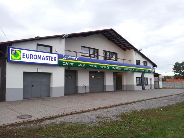Serwis Euromaster Schmidt w Raciborzu jest częścią wiodącej sieci warsztatów szybkiej obsługi wyspecjalizowanej w kompleksowym serwisie opon oraz lekkiej mechanice. Obsługujemy zarówno klientów indywidualnych jak i zinstytucjonalizowanych blisko ich miejsca zamieszkania. Odwiedzając nasz serwis możesz być pewny indywidualnej porady oraz wysokiej jakości usług wykonywanych przez kompetentny personel, sprawdzany w ramach niezależnych, zewnętrznych audytów.