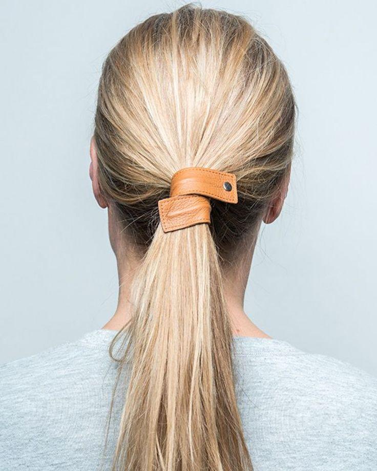 Formbart hårband i läder som enkelt kan hålla upp håret i en fin hästsvans. Passar till vardags likt till fest. Finns i fyra fina färger. För att skapa looken, besök www.corinne.world