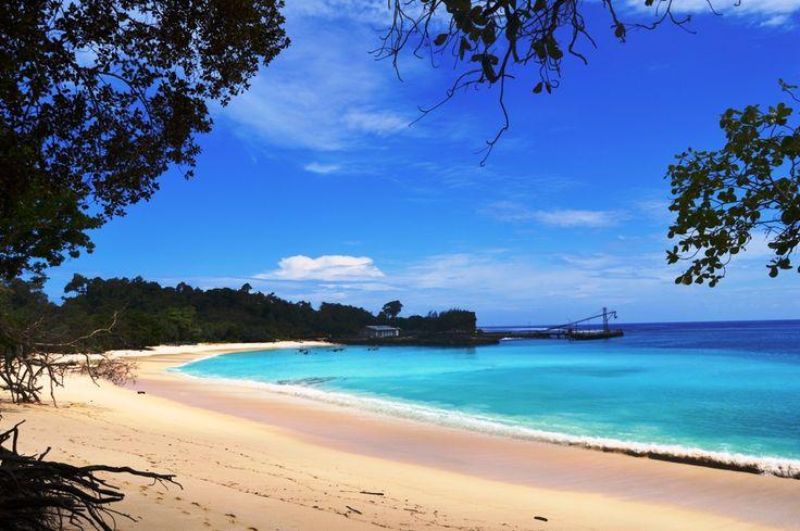 Anyway, kalian pernah mendengar Pantai Linau? Sini merapat, saya mau cerita mengenai salah satu pantai cantik menawan yang berada di Desa Linau, Kabupaten Kaur-Bengkulu. Sekilas tentang Kabupaten Kaur, Kaur merupakan sebuah Kabupaten yang wilayahnya memanjang dari Utara ke Selatan di sepanjang pesisir pantai Barat Pulau Sumatra, mulai dari perbatasan Bengkulu Selatan yaitu Jembatan Sulawangi sampai …