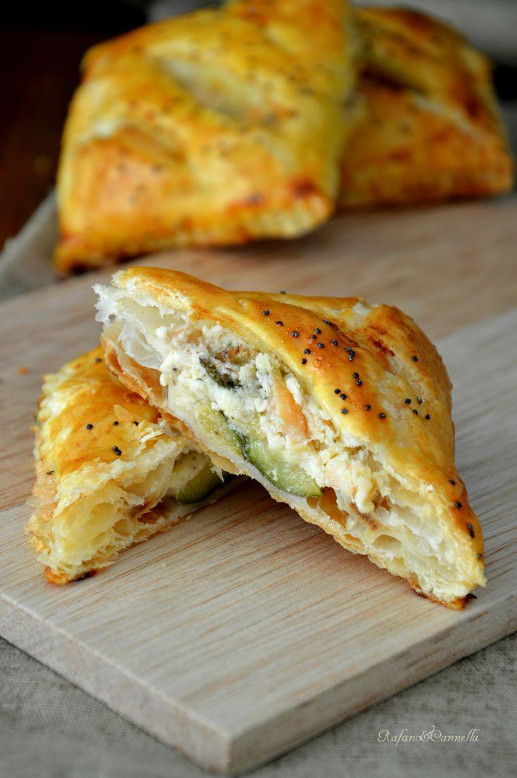 Sfogliatine con zucchine e salmone... facili e velocissime!  http://blog.giallozafferano.it/rafanoecannella/sfogliatine-con-zucchine-e-salmone/