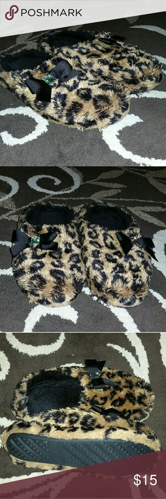 Women's Animal Print Slipper's Women's Animal Print Slipper's. Size Large (9-10)  worn only a few times, Freshly washed, still in great conditions, very nice thick cushioning. Have any questions before purchase, just ask and I'll try to answer!!! Shoes Slippers
