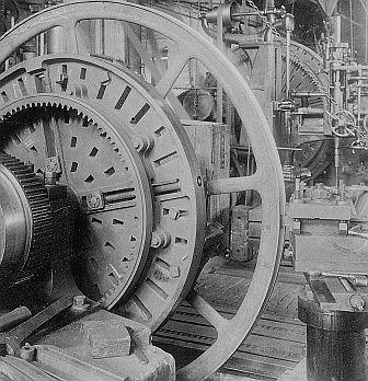 Cottbusser Maschinenbau-Anstalt und Eisengießerei , Eindrehen der Rillen in eine Seilscheibe Aufnahme: Lichtbildverlag Franz Stoedtner, 1900/1930